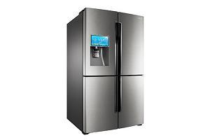 На фото холодильник со встроенным планшетом